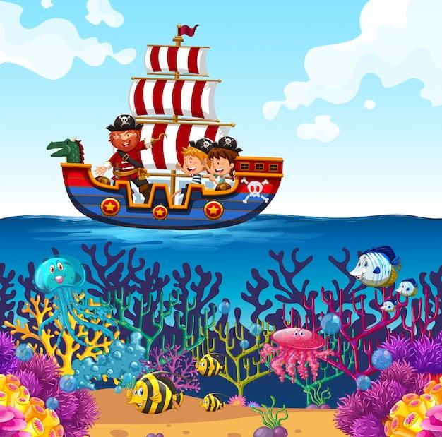 Kinderen op de boot van viking en oceaanscèneachtergrond Gratis Vector