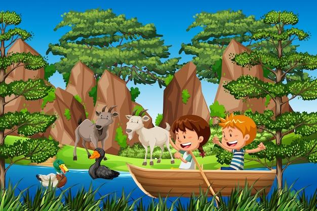 Kinderen peddelen houten boot in het bos Gratis Vector