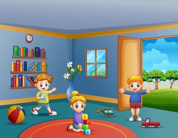 Kinderen spelen hun speelgoed in de kamer Premium Vector