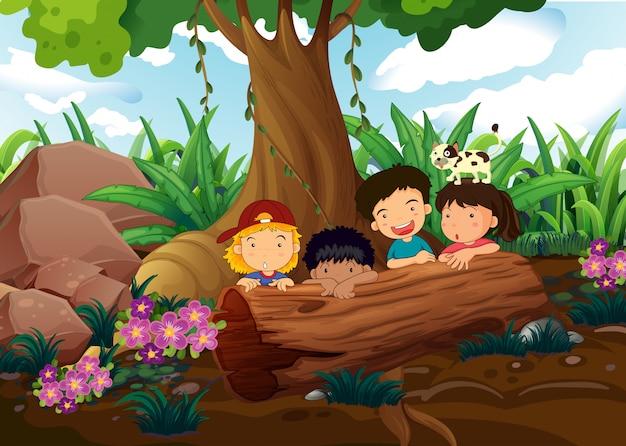Kinderen spelen in het bos Gratis Vector
