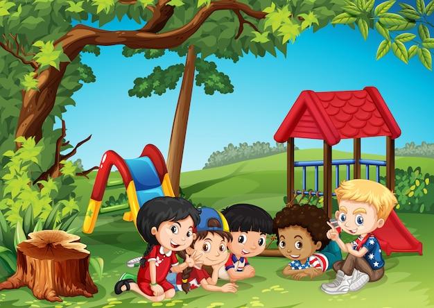 Kinderen spelen in het park Gratis Vector