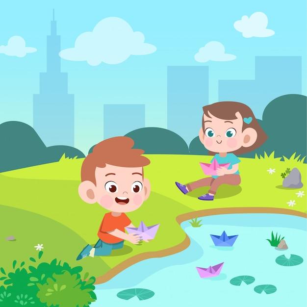 Kinderen spelen papier boot in de tuin vectorillustratie Premium Vector