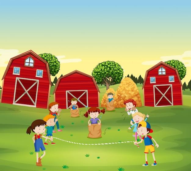 Kinderen spelen spel in het veld Gratis Vector