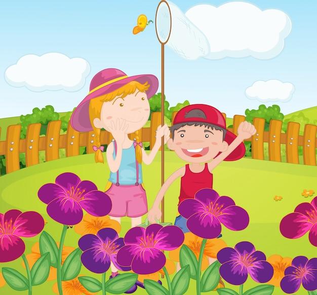 Kinderen vangen vlinders in de tuin Gratis Vector