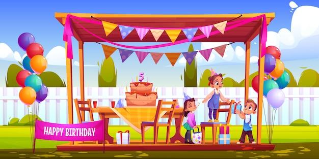 Kinderen vieren verjaardag in de achtertuin Gratis Vector