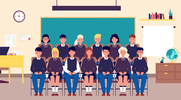 Klasse groepsportret. klasgenoten, student in de klas. tieners in schooluniform foto voor geheugen. onderwijs cartoon vector concept Premium Vector