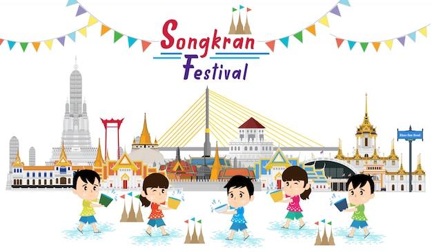 Kleine jonge geitjes die aan songkran-waterfestival spelen in thailand Premium Vector