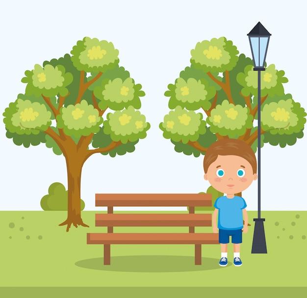 Kleine jongen in het parkkarakter Gratis Vector