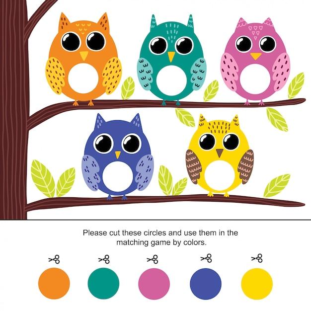 Kleurafstemmingsspel voor kinderen. knip de cirkels door en koppel ze op kleur aan uilen. voorschoolse activiteitenpagina voor peuters. illustratie Premium Vector
