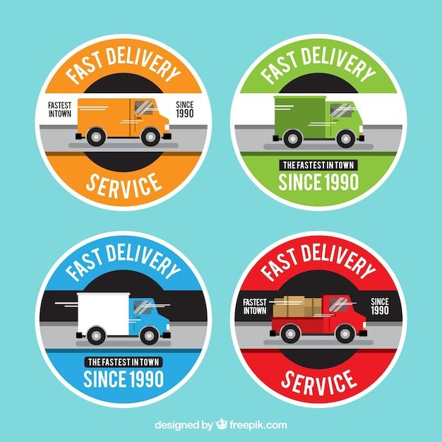 Kleurrijke afleveringsetiketten met vrachtwagens Gratis Vector