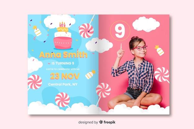 Kleurrijke verjaardag uitnodiging ontwerp Gratis Vector