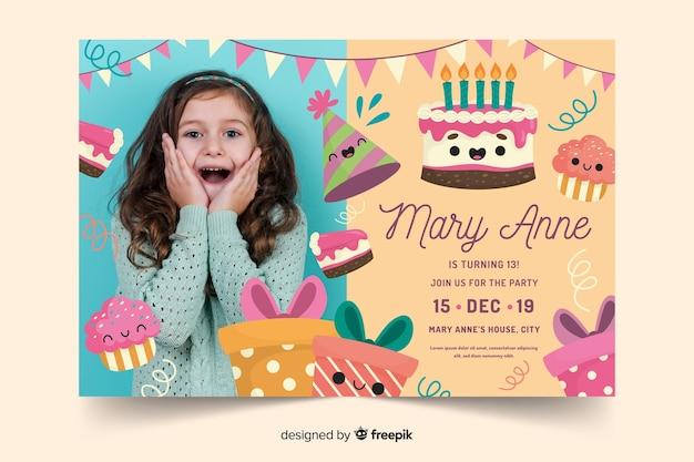 Kleurrijke verjaardag uitnodiging sjabloon Gratis Vector