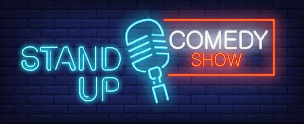 Kom op komedie toon neonbord. blauwe microfoon op bakstenen muur. Gratis Vector