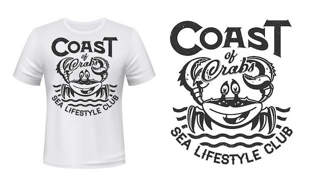 Krab t-shirt print, zeegolven, marine club of vissen, grunge. lachende krab met klauwen op oceaangolven ondertekenen voor kuststrand surfen of oceaan lifestyle team t-shirt print Premium Vector