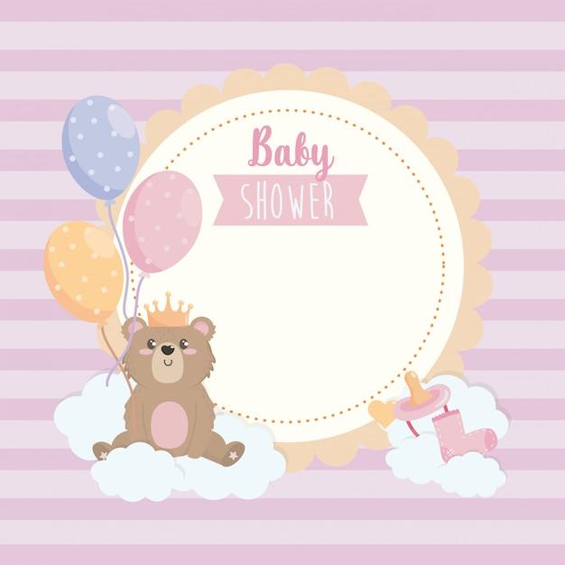 Label van teddy beer draagt kroon met ballonnen en lint Gratis Vector