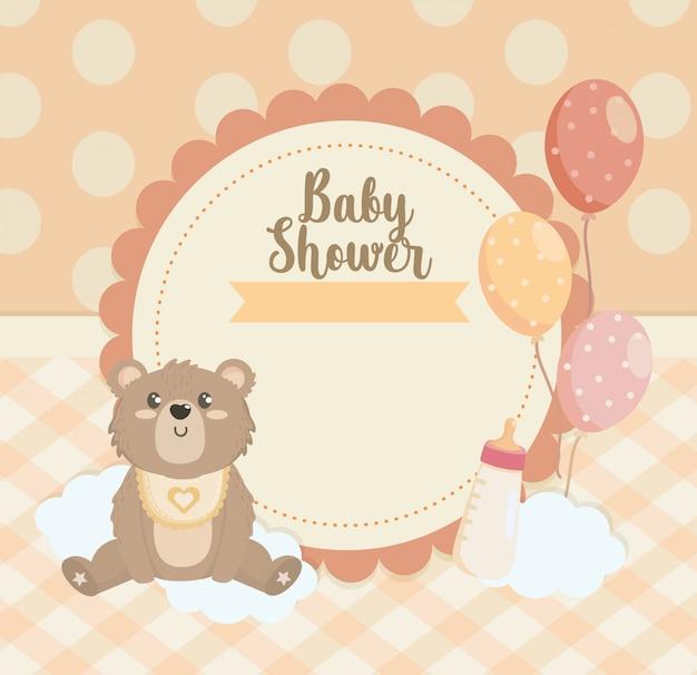 Label van teddybeer met ballonnen en zuigfles Gratis Vector