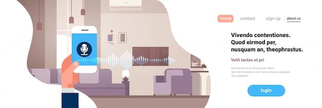 Landingspagina of websjabloon met hand met telefoonapp intelligente stem persoonlijke assistentherkenning Premium Vector