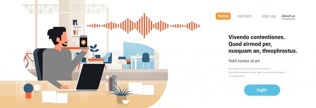 Landingspagina of websjabloon met illustratie, smartphone met stem persoonlijke assistentherkenning, thema geavanceerde technologie Premium Vector