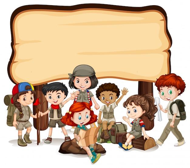 Leeg bord met kinderen en houten bord Gratis Vector