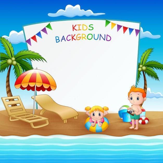 Leeg teken sjabloon met kinderen op het strand Premium Vector