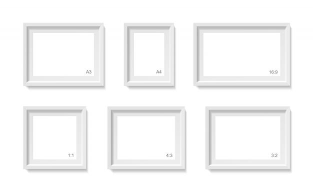 Lege fotolijsten mockup. sjabloon voor fotocontainer. 3d-afbeelding op een witte muur. lege ruimte voor papieren poster. objecten ingesteld Premium Vector
