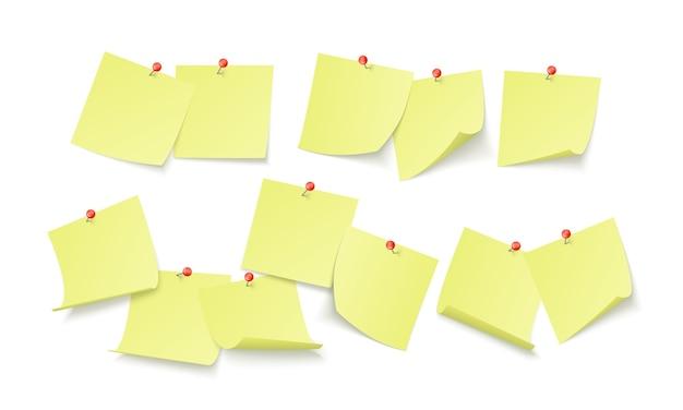 Lege gele stickers met ruimte voor tekst of bericht geplakt door clip aan muur. herinneringsbord. geïsoleerd op witte achtergrond Premium Vector
