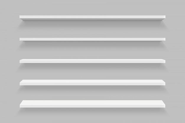 Lege planken die op geïsoleerde muur worden geplaatst Premium Vector