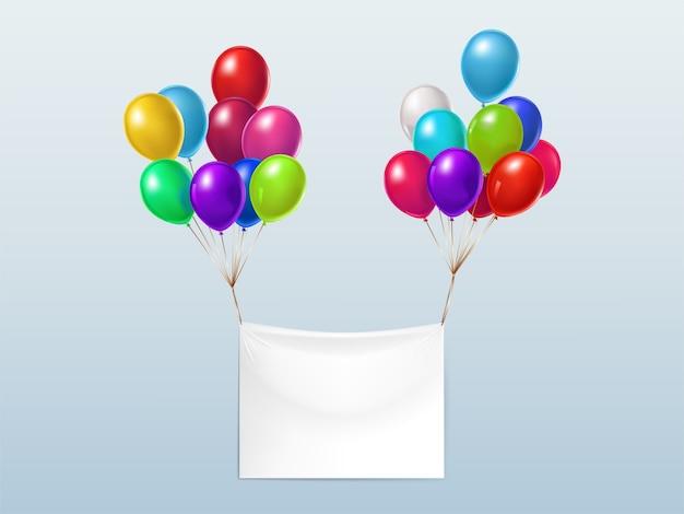 Lege textielbanner, die met kleurrijke glanzende ballons vliegt Gratis Vector