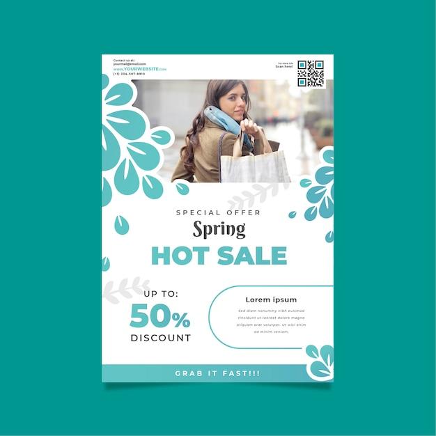 Lente verkoop sjabloon folder met vrouw en boodschappentassen Gratis Vector