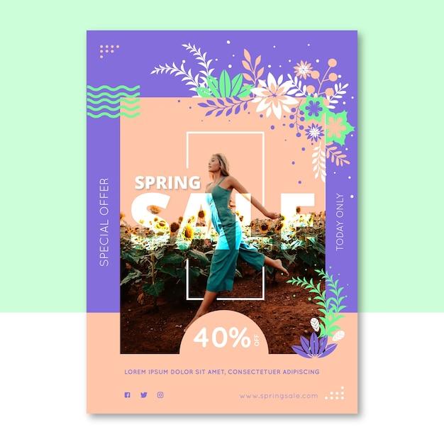 Lente verkoop sjabloon folder met vrouw loopt door veld met zonnebloemen Gratis Vector