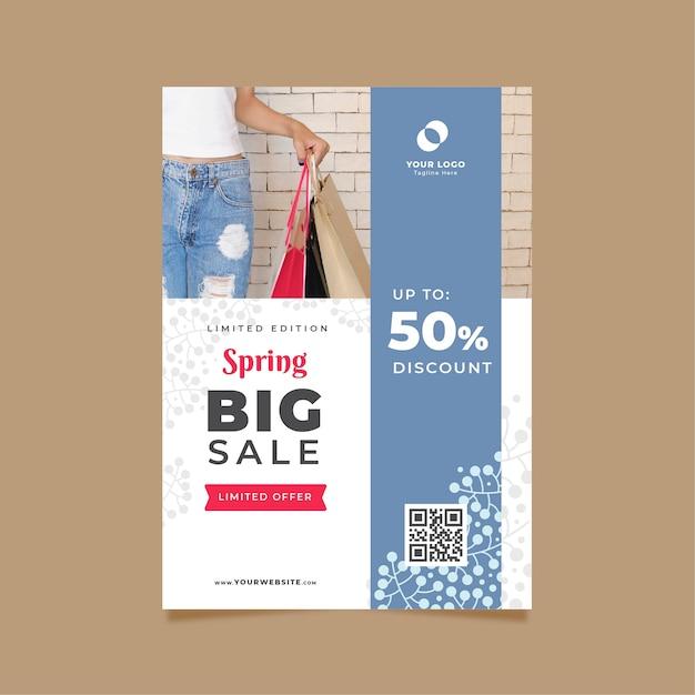 Lente verkoop sjabloon folder met vrouw met plastic zakken Gratis Vector