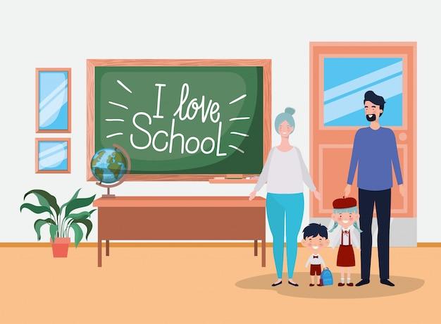 Leraarspaar met kleine studentenjonge geitjes in het klaslokaal Gratis Vector