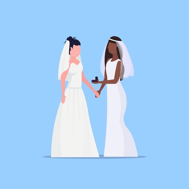 Lesbische bruiden paar hetzelfde geslacht gelukkig getrouwd homoseksueel familie bruiloft concept twee mix race meisjes staan samen vrouwelijke stripfiguren volledige lengte plat Premium Vector