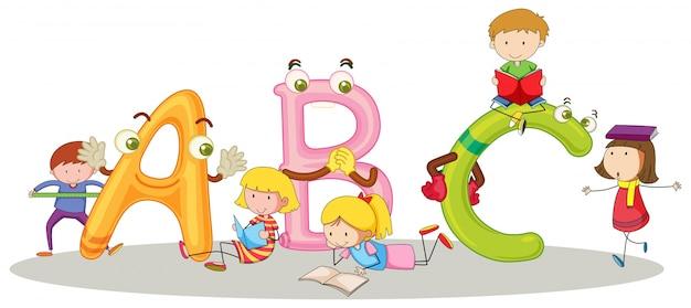 Lettertype abc en gelukkige kinderen Gratis Vector