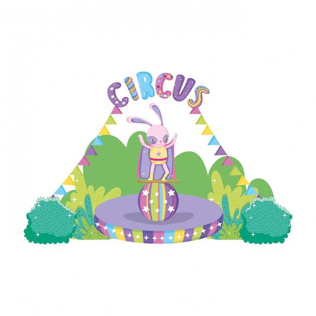 Leuk circuskonijn met laag in ballon Premium Vector