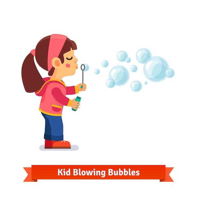 Leuk klein meisje blaast zeepbellen door de wand Gratis Vector