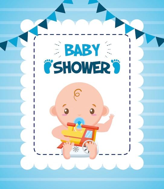 Leuke jongen met trein voor baby shower kaart Gratis Vector