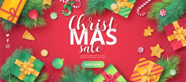 Leuke kerst verkoop banner op rode achtergrond Gratis Vector