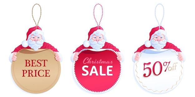 Leuke kerstman knuffelen verschillende ronde prijskaartjes. set hangende prijskaartjes met een geknoopt touwtje lussen. bruine, rode en witte kartonnen stickers met de tekst best price, christmas sale, 50% korting Premium Vector