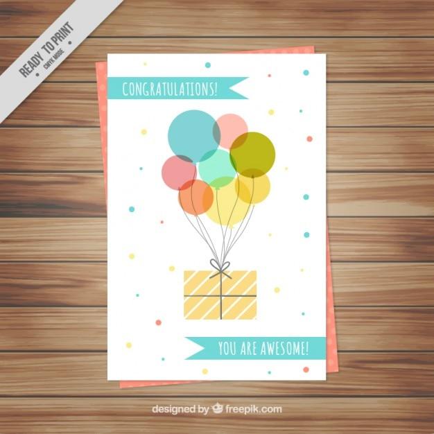 Leuke verjaardagskaart met ballonnen en cadeau Gratis Vector