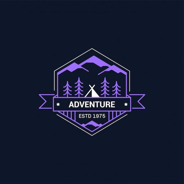 Lijn kamp badge. bergbeklimmen en boskamp embleem. Premium Vector