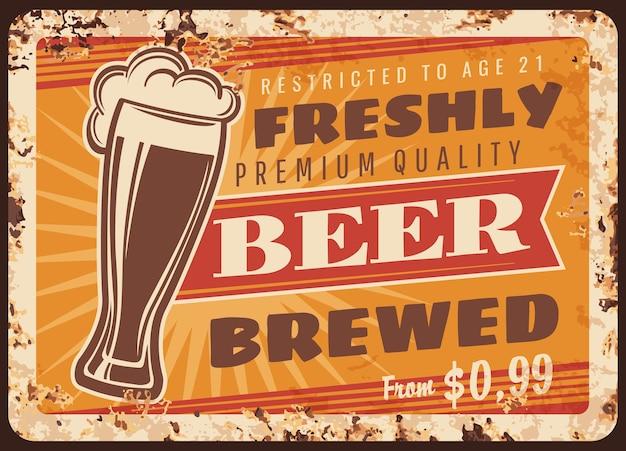 Lokale brouwerij bier roestige metalen plaat. weizen glas met vers gebrouwen pottenbakker of stevig bier, schuim en vintage typografie. ambachtelijke brouwerij, pub of bar retro banner, reclamebord Premium Vector