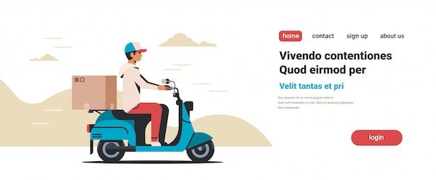 Man koerier rijden scooter met pakket kartonnen doos snelle levering Premium Vector