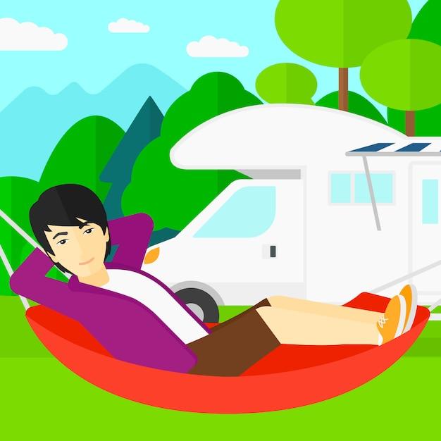 Man liggend in een hangmat. Premium Vector