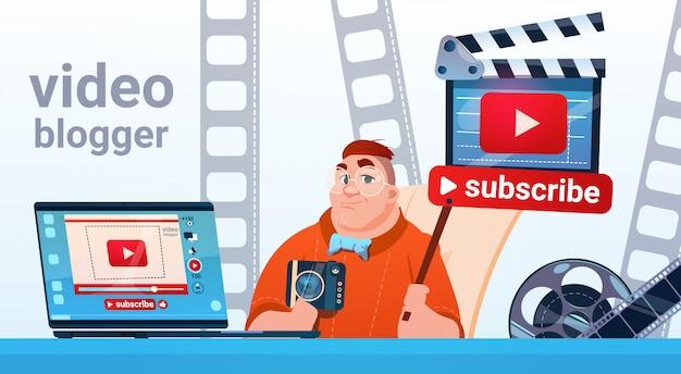 Man video blogger camera computerscherm bloggen abonneren concept Premium Vector