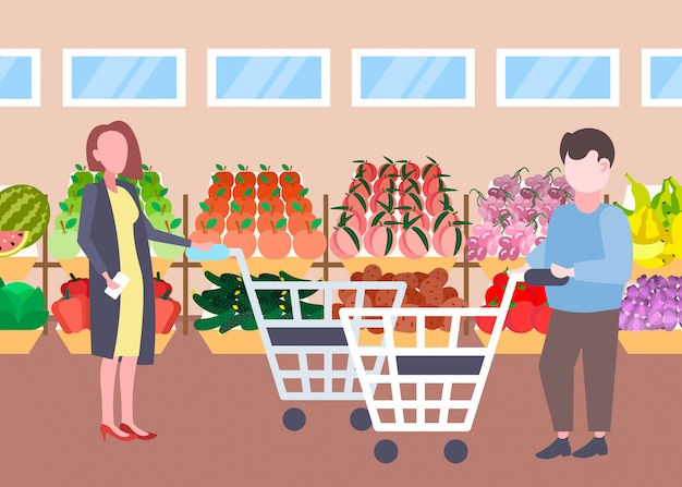 Man vrouw klanten houden trolley kar kopen verse biologische groenten groenten moderne supermarkt winkelcentrum interieur stripfiguren volledige lengte vlak horizontaal Premium Vector