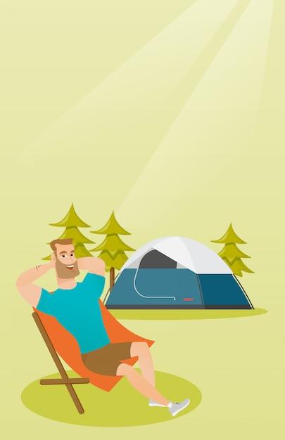 Man zit in een klapstoel op de camping Premium Vector