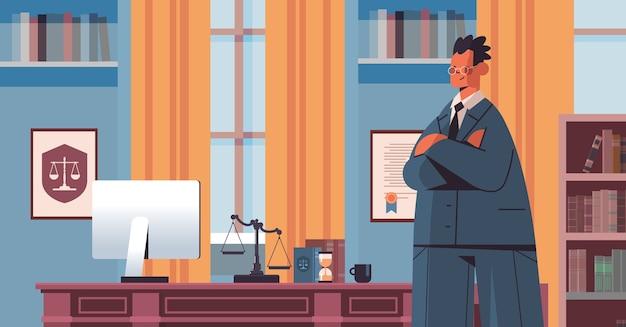 Mannelijke advocaat staande in de buurt van op de werkplek juridisch recht advies en rechtvaardigheid concept moderne kantoor interieur portret horizontale vector illustratie Premium Vector