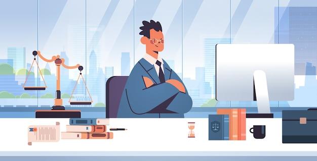 Mannelijke advocaat zittend op de werkplek juridisch advies en rechtvaardigheid concept juridisch adviseur werken op computer moderne kantoor interieur portret horizontale vectorillustratie Premium Vector