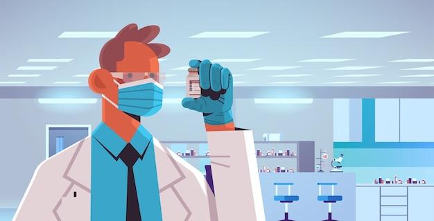 Mannelijke arts in masker houden fles flesje covid-19 vaccin injectie vaccinatie immunisatie anti coronavirus ziekte medisch concept laboratorium interieur horizontale illustratie Premium Vector